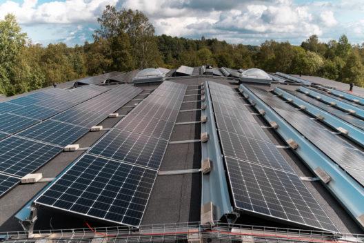 Päikeseenergia tootmine. Paneelid katusele.